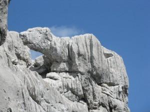 Medvedice strezi skalni mesto nad jeskyni